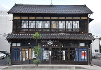 昭和初期の面影を残す店舗<中>店内にはしょうゆや仙台味噌などの商品が並ぶ