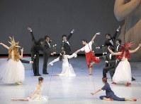 東京バレエ団によるベジャール版「くるみ割り人形」の1場面。12月16、17日、東京文化会館で再演される=長谷川清徳撮影