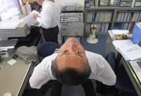 遊説の合間に事務所で体をほぐす社民党の吉田忠智党首=福岡市東区で14日、津村豊和撮影
