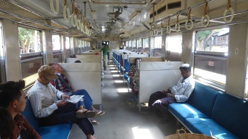 日本の旧国鉄の中古車両が走るヤンゴン環状線。昭和の日本を思い出す(写真は筆者撮影)