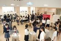 衆院選を前に模擬投票を行う生徒たち=練馬区の私立富士見中学高等学校で