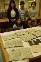 県短大が所蔵し、ゼミの学生らが研究している江戸時代の版本と写本=長野市三輪の県短大付属図書館で