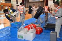 鳥インフルエンザ対策の訓練に励む県職員ら=村上市岩沢で