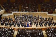 がんばろう日本!スーパーオーケストラ 毎日希望奨学金チャリティーコンサートで、オーケストラの演奏に乗せて「ふるさと」を合唱する会場=東京都港区のサントリーホールで2016年3月15日、猪飼健史撮影