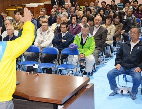 個人演説会で候補者の訴えを聞く有権者ら=大阪府枚方市内で、加藤佑輔撮影