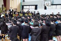 神奈川フィルと一緒に演奏する奈良県桜井市立纒向小の児童たち=同小で、山本和良撮影