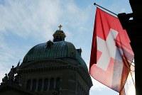10月18日、スイス政府は、男性が育児休暇を取得する際に、勤め先から補助金を出してもらうことに反対の意向を示した。コストがかかり過ぎて企業の競争力を損なうためという。写真は1月撮影(2017年 ロイター/Denis Balibouse)