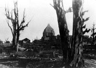 終戦直後、永田町の焼け跡から国会議事堂を望む=1945年9月23日撮影