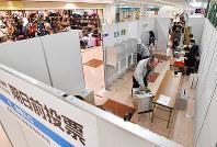 アピタ美濃加茂店に設けられた期日前投票所で投票する人たち=岐阜県美濃加茂市で18日、木葉健二撮影