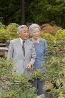 天皇陛下と、83歳の誕生日を迎えられた皇后さま=皇居の庭園で(宮内庁提供)