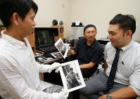From left, photographers Tomofumi Nakano and Yoshiaki Kita talk about the restoration of James Dean photographs with web design company president Masatake Kawaguchi, in Osaka's Higashiyodogawa Ward on Sept. 12, 2017. (Mainichi)