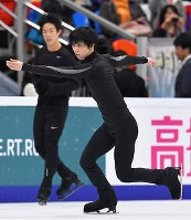 Yuzuru Hanyu skates during a public practice session the day before the opening of the Rostelecom Cup, at Megasport Sport Palace in Moscow on Oct. 19, 2017. Nathan Chen of the United States is seen at left. (Mainichi)