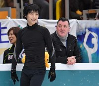 Yuzuru Hanyu, center, smiles during a public practice session the day before the opening of the Rostelecom Cup as his coach Brian Orser, right, looks on, at Megasport Sport Palace in Moscow on Oct. 19, 2017. (Mainichi)