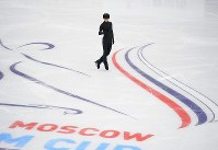 Yuzuru Hanyu poses during a public practice session the day before the opening of the Rostelecom Cup, at Megasport Sport Palace in Moscow on Oct. 19, 2017. (Mainichi)