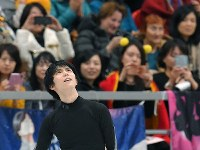 Yuzuru Hanyu looks up during a public practice session the day before the opening of the Rostelecom Cup, at Megasport Sport Palace in Moscow on Oct. 19, 2017. (Mainichi)
