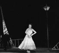 日比谷公会堂のリサイタルで歌うイヴェット・ジロー=1957年2月