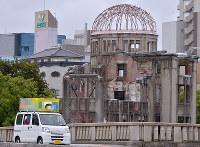 原爆ドームの前を通る選挙カー=広島市中区で2017年10月19日、山田尚弘撮影(画像の一部を加工しています)