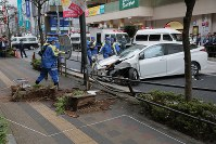 Police officers and others investigate the accident scene in Musashino, Tokyo, on the afternoon of Oct. 20, 2017. (Mainichi)