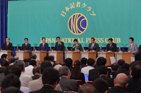 Liberal Democratic Party President and Prime Minister Shinzo Abe (fourth from left) responds to a question at a party leaders' debate at the Japan National Press Club in Tokyo's Chiyoda Ward, on Oct. 8, 2017. (Mainichi)