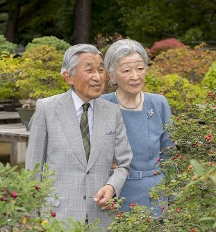 This photo shows Empress Michiko with Emperor Akihito in the gardens of the Imperial Palace. (Photo courtesy of the Imperial Household Agency)