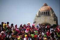 10月18日、毎年恒例のピエロたちの大会「世界ピエロ大会」がメキシコ市で開催され、14カ国から450人近いピエロが参加した(2017年 ロイター/Edgard Garrido)