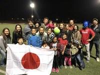 試合後、田島翔を囲み応援に駆けつけたファンと撮影が行われた