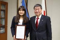 スポーツ大使への委嘱状を手にする伊調馨選手(左)と小林真市長=八戸市役所で