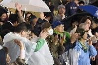 衆院選投開票を翌日に控え、候補者らの演説を聞いて拍手する人たち=東京都豊島区で2017年10月21日午後7時59分、渡部直樹撮影