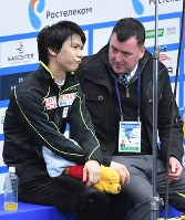 Yuzuru Hanyu, left, grimaces after his short program performance of the Rostelecom Cup, while sat next to his coach Brian Orser, at Megasport Sport Palace in Moscow, on Oct. 20, 2017. (Mainichi)
