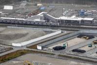 JR常磐線の富岡駅と竜田駅間の運行が再開され、再建された富岡駅に到着する列車=福島県富岡町2017年10月21日午前、本社機「希望」から