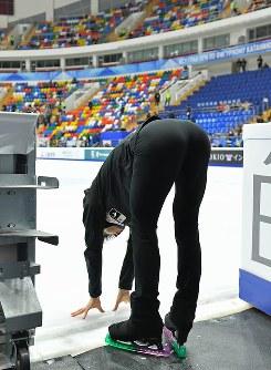 フリー前の公式練習を終え、最後に氷を触ってリンクを出る羽生結弦=ロシア・モスクワのメガスポルトアリーナで2017年10月21日、手塚耕一郎撮影