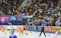 男子フリーの羽生結弦の演技後、スタンドのファンからリンクに投げ込まれる大量のぬいぐるみ=ロシア・モスクワのメガスポルトアリーナで2017年10月21日、手塚耕一郎撮影