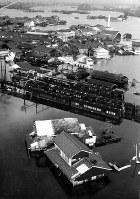 伊勢湾台風で水浸しとなった近鉄・弥富駅付近・=名古屋市で1959年9月撮影