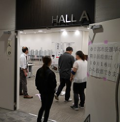 Locals at Aeon Mall Kasukabe in Kasukabe, Saitama Prefecture, take a break from shopping to cast ballots at an advance polling station on Oct. 12, 2017. The mall polling station is open from 10 a.m. to 8 p.m. (Mainichi)