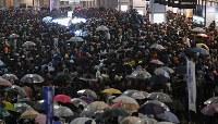 衆院選投開票を翌日に控え、党首の街頭演説に集まる聴衆ら=JR新宿駅前で2017年10月21日午後6時29分、丸山博撮影(画像の一部を加工しています)