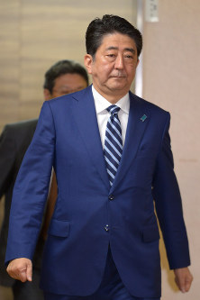 Prime Minister Shinzo Abe enters the headquarters of his ruling Liberal Democratic Party in Tokyo's Chiyoda Ward shortly before 8 p.m. on Oct. 22, 2017. (Mainichi)