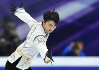 Yuzuru Hanyu performs during the Rostelecom Cup at Megasport Sport Palace in Moscow, on Oct. 21, 2017. (Mainichi)