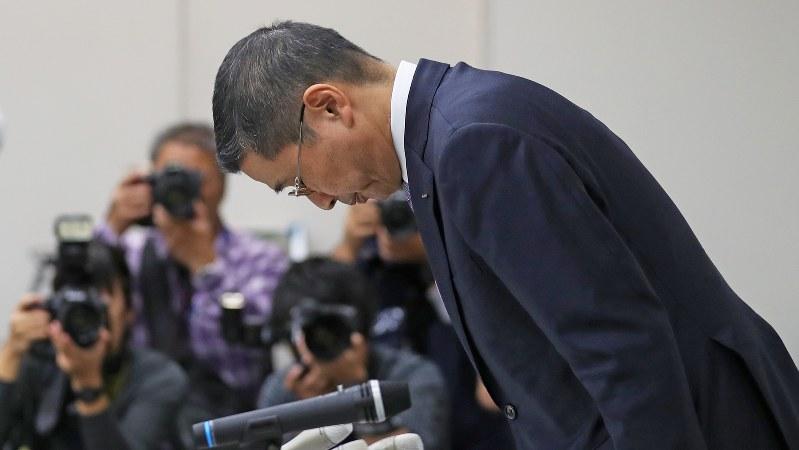 新車の無資格検査問題を受けた記者会見で、頭を下げる日産自動車の西川広人社長=2017年10月19日、小出洋平撮影