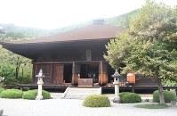 大善寺の本堂で国宝に指定されている薬師堂=甲州市で