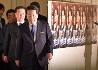 衆院選で躍進し、記者会見に臨む立憲民主党の枝野幸男代表(手前)=東京都港区で22日午後11時38分、西本勝撮影