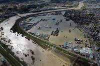Residences inundated by rainfall from Typhoon Lan are seen from a Mainichi Shimbun helicopter in Kinokawa, Wakayama Prefecture, on Oct. 23, 2017. (Mainichi)
