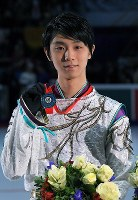 Yuzuru Hanyu holds his silver medal at the awards ceremony after placing second in the men's singles at the Rostelecom Cup, at the Megasport Sport Palace in Moscow, on Oct. 22, 2017. (Mainichi)