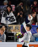 Yuzuru Hanyu waves to his fans with a bouquet in hand after the awards ceremony for the Rostelecom Cup at the Megasport Sport Palace in Moscow, on Oct. 22, 2017. (Mainichi)