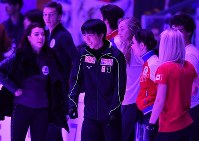 Yuzuru Hanyu, center, smiles during practice for his exhibition performance at the Megasport Sport Palace in Moscow, on Oct. 22, 2017. (Mainichi)