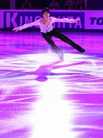 Yuzuru Hanyu skates his exhibition performance at the Megasport Sport Palace in Moscow, on Oct. 22, 2017. (Mainichi)