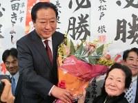 当選を確実にし、支持者の女性から花束を受け取る野田佳彦前首相=千葉県船橋市の事務所で2017年10月22日午後8時22分、青木英一撮影