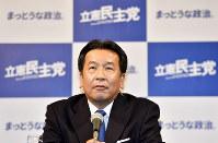 テレビのインタビューに答える立憲民主党の枝野幸男代表=東京都港区で2017年10月22日午後10時29分、藤井達也撮影
