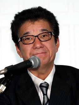 Nippon Ishin leader Ichiro Matsui is seen in the city of Osaka's Kita Ward on Oct. 22, 2017. (Mainichi)