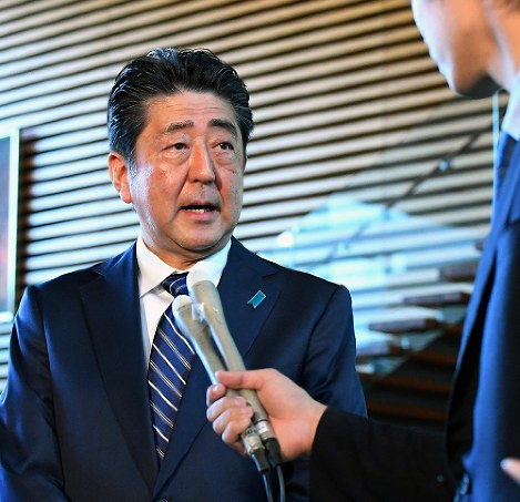Prime Minister Shinzo Abe answers a question at the prime minister's office in Tokyo, on Oct. 23, 2017. (Mainichi)