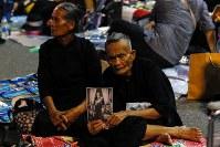 10月21日、来週26日に行われるタイのプミポン前国王の火葬行事に備えてリハーサルが行われ、沿道には、金色に縁取られた前国王の写真を掲げる人や、すでに感情的になり涙を流す人もみられた(2017年 ロイター/Kerek Wongsa)